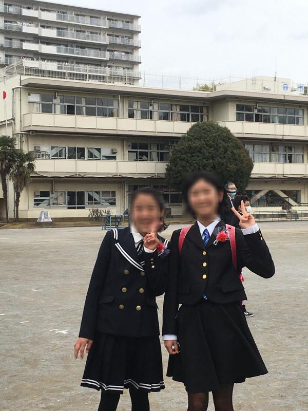 桜が満開の卒業式