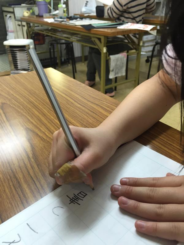 硬筆指導は鉛筆の正しい持ち方から徹底指導しています!