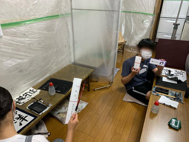 成田山競書大会の賞品をお配りしています