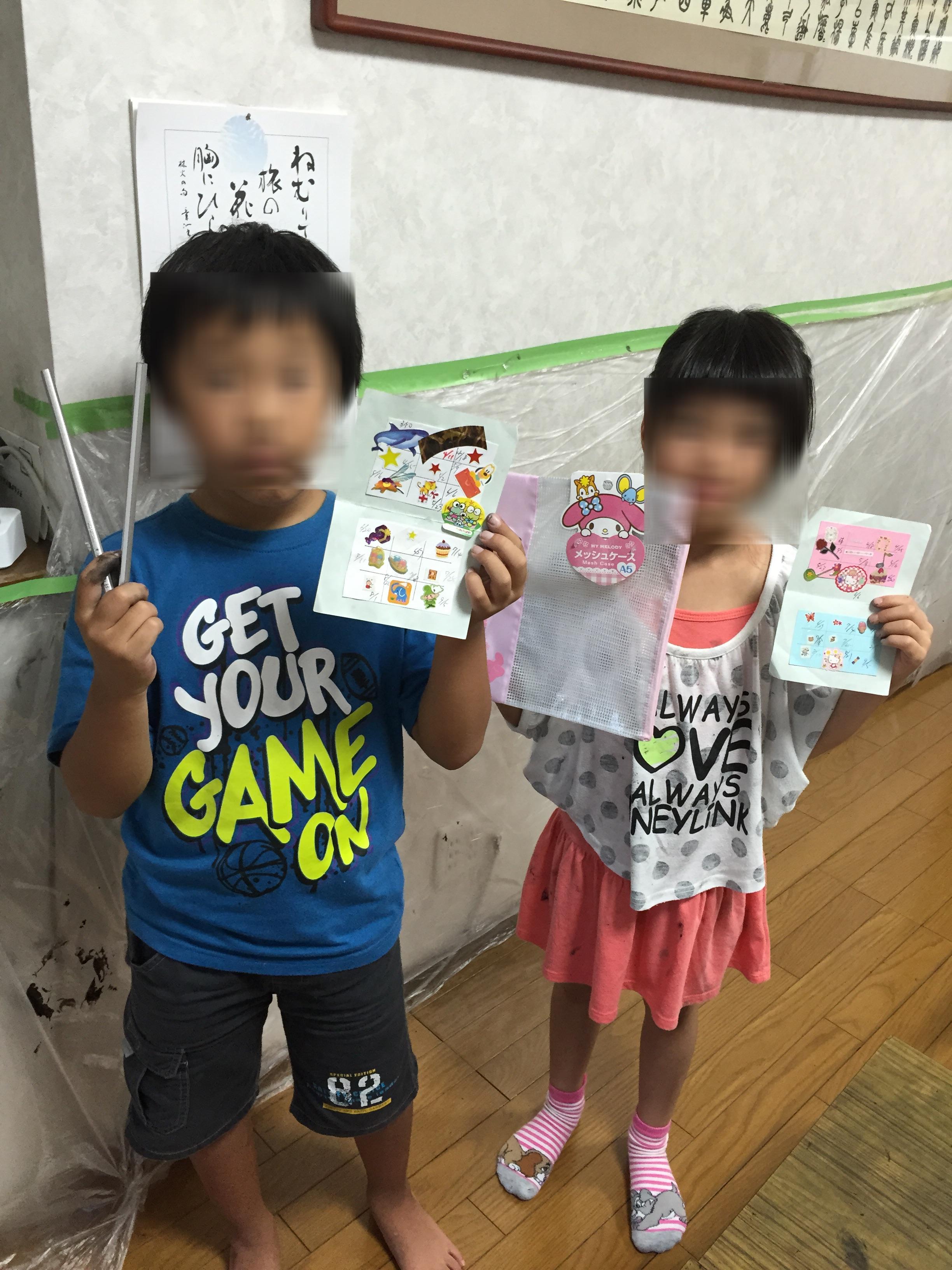 シール帳がたまってプレゼントを貰うと皆、笑顔(^^)